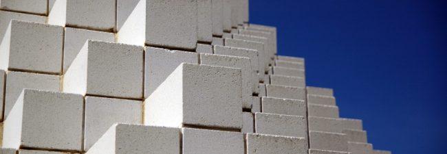 Пенобетон - это золотая середина в современном строительстве частного жилья небольших и средних размеров: его качества и цена сходятся в едва ли не самом привлекательном соотношении