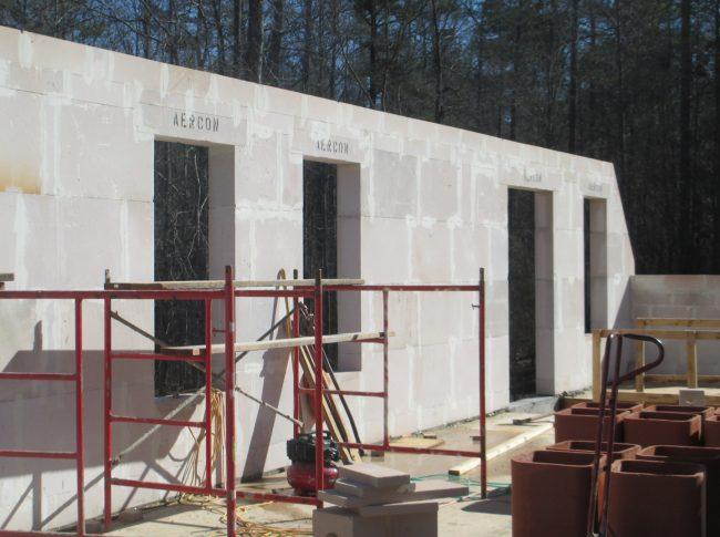 В зависимости от конкретных условий строительства пеноблоки либо изготавливают на месте, либо транспортируют к месту застройки указанное в проекте количество готовых блоков стандартных размеров