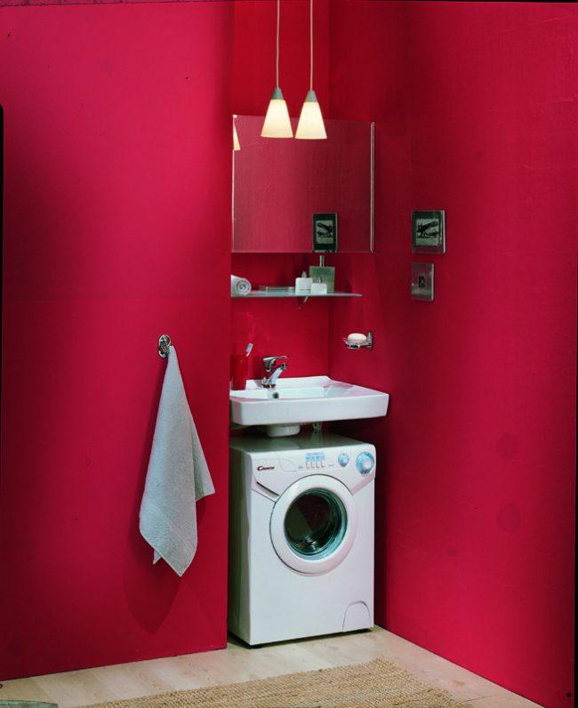 Экономное месторасположение стиральной машины с раковиной в нише ванной комнаты