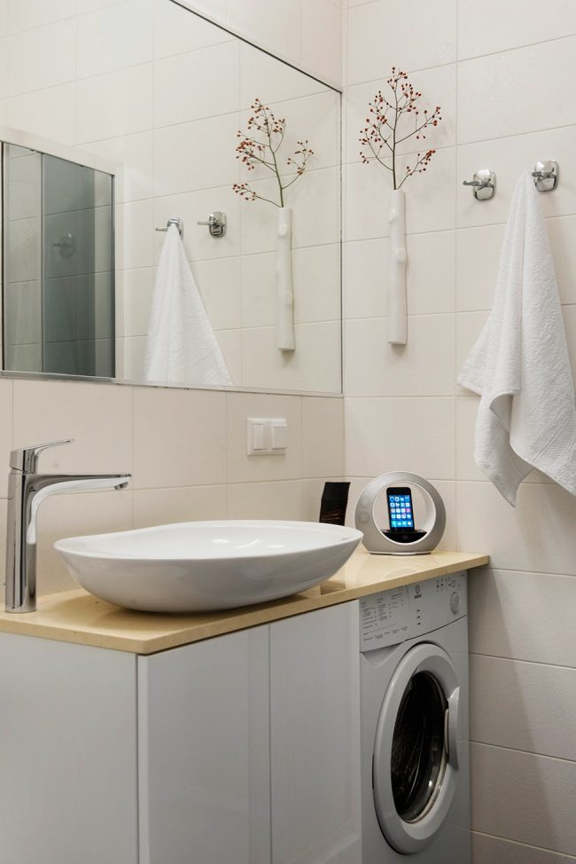 Раковина над стиральной машиной: фото - небольшая мойка над стиральной машиной на столешнице в узкой ванной комнате