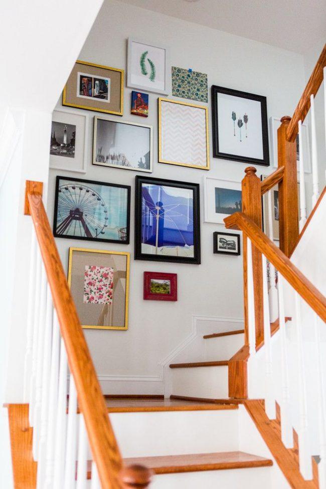 Лучшие личные фото в сочетании с картинками цветочного и геометрического орнаментов и т.д. – группа фотографий в рамках, занимающая место на лестнице, ведущей на второй этаж дома