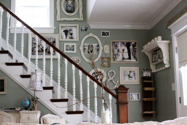 Лестница, ведущая на второй этаж – идеальное место для размещения семейных фотографий, объединенных общей тематикой. Стиль интерьера – шебби-шик, поддержанный рамами для фотографий с эффектом состаривания, винтажными аксессуарами и т.д.