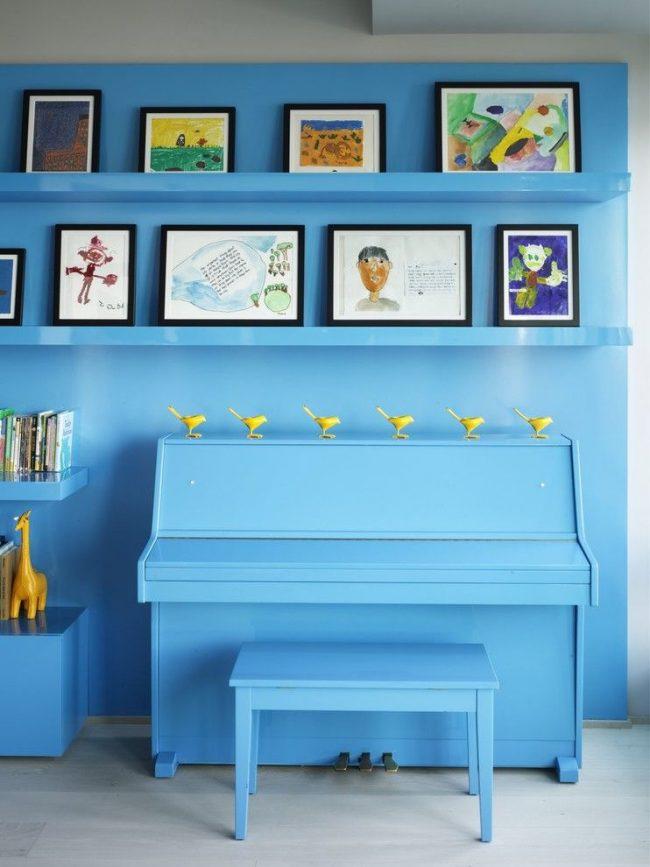 Детские рисунки в лаконичных не выделяющихся рамках в интерьере с общим преобладающим цветом