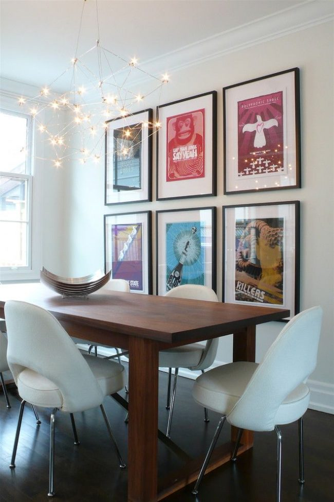 Фотографии под стеклом в стандартных рамках – украшение однотонной центральной стены в столовой современного стиля