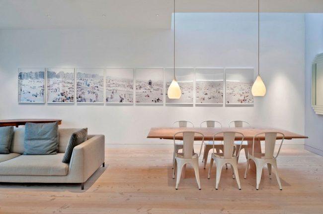 Современная столовая комната в Лондоне с серией пляжных фотографий