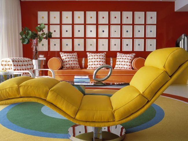 Гостиная комната в стиле модерн с серией картин, отличающихся между собой цветом. Композиция создает прямоугольную форму