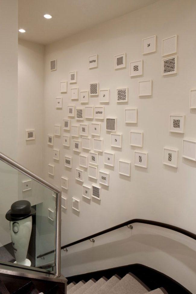 Современный коллаж из хаотично размещенных графических работ в рамках собственноручного изготовления