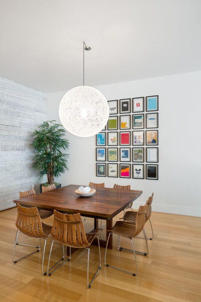 Современная столовая со стандартными прямоугольными рамками для фотографий спокойного цвета, не притягивающего дополнительного внимания, ведь сами фото яркие и тематически разнообразные