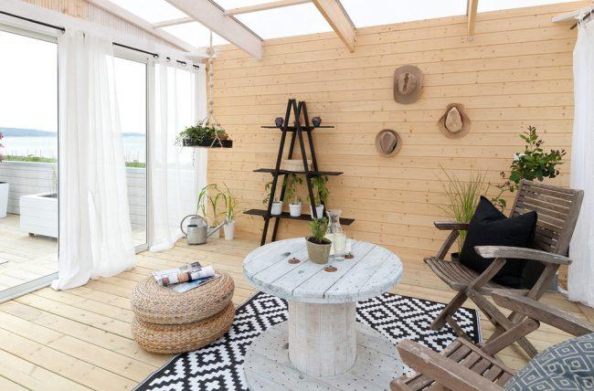 Оформление деревянной террасы в пляжном стиле с пластиковыми стеклопакетами