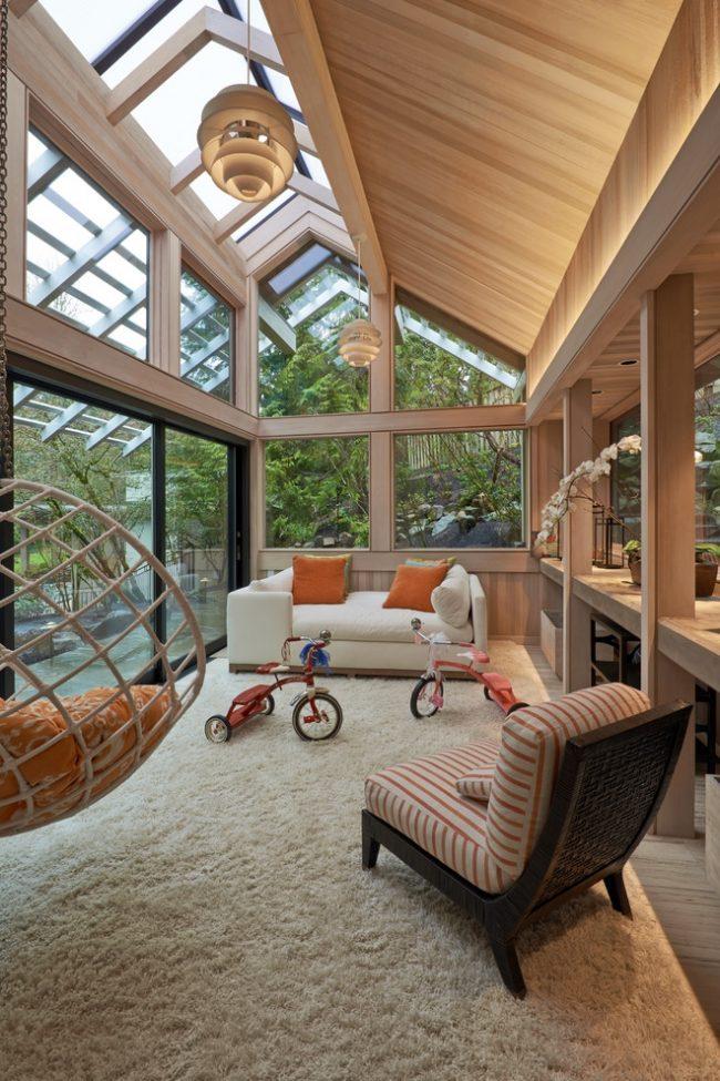 Просторная застекленная веранда с раздвижными окнами