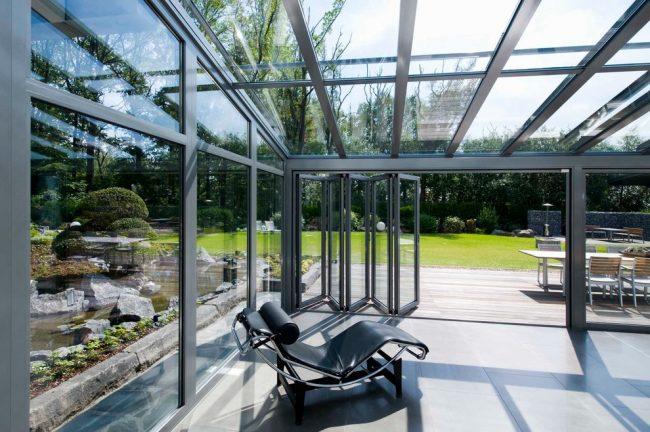 Стеклянная веранда с каркасом из металлопрофиля с с раздвижными окнами - гармошкой