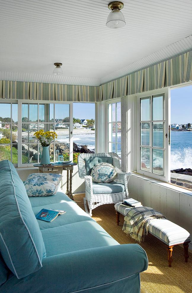 Раздвижные деревянные окна на веранде в пляжном домике