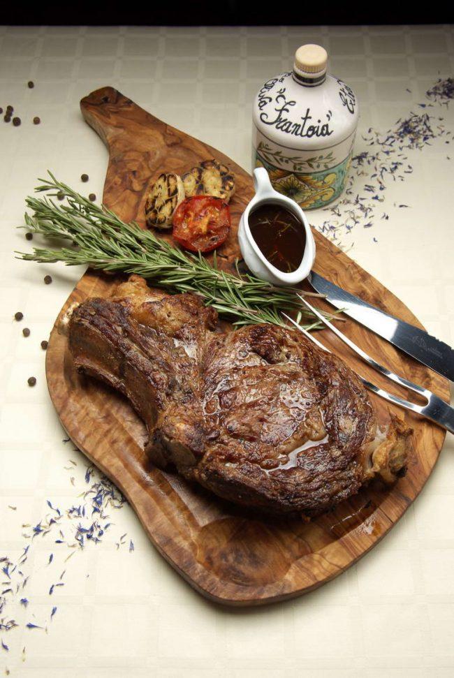 Розмарин очень популярен на кухне. Его используют для приданиям особого акцента мясным, рыбным и бобовым блюдам