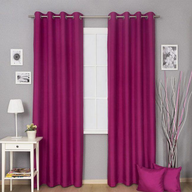 Яркие розовые шторы на люверсах в гостинной