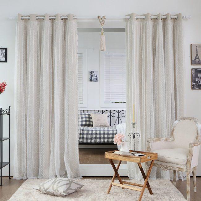 Шторы на люверсах в однокомнатной квартире разделяют зону сна и отдыха