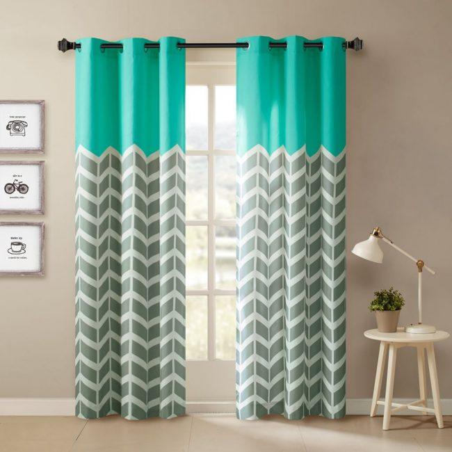 Самостоятельно пошив шторы можно скомбинировать несколько расцветок ткани для интересного эффекта. Как насчет бирюзовых волн?
