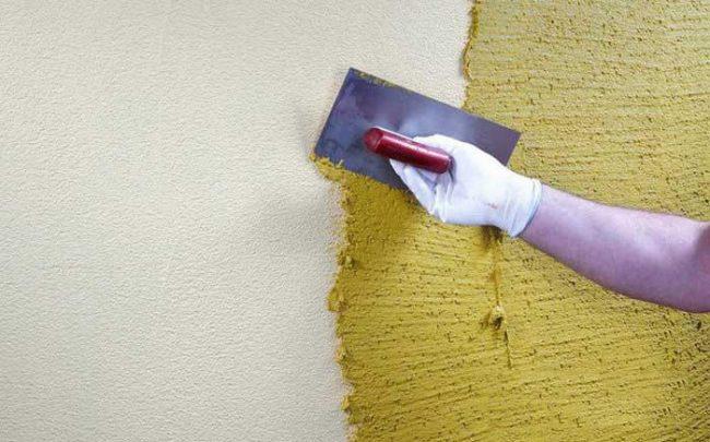 """Перед нанесением """"короеда"""" стену необходимо покрыть грунтовкой, в состав которой входит кварцевый песок"""