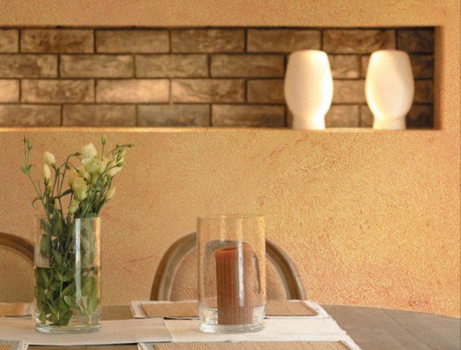 Нежные пастельные тона настенных покрытий в обеденной зоне