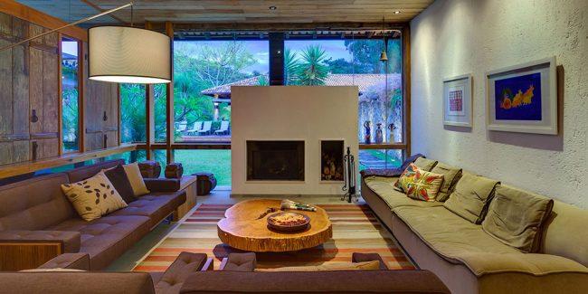 Гостиная комната с натуральными стенами в молочном цвете