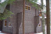 Фото 4 Обшитые сайдингом под бревно и кирпич дома: 75 практичных и доступных реализаций отделки