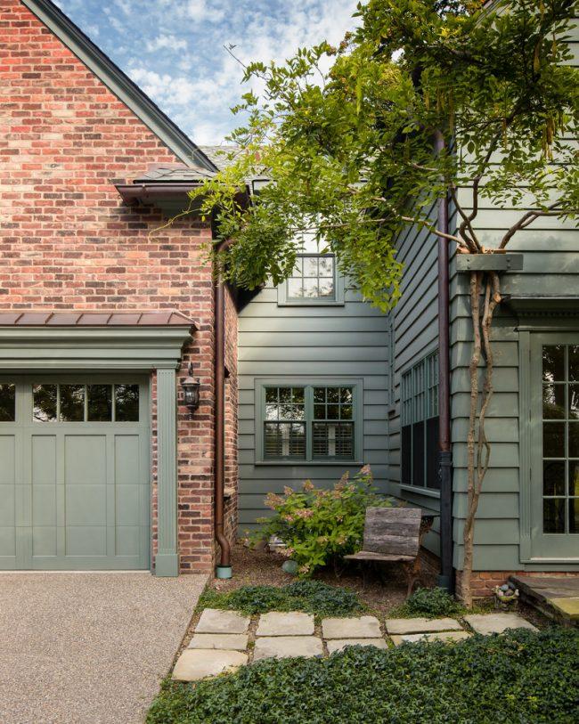 Стильный загородный дом с обшивкой из кирпичного и деревянного сайдинга