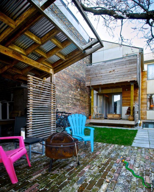 Домашний дворик, с отделкой сайдингом под дерево и кирпич