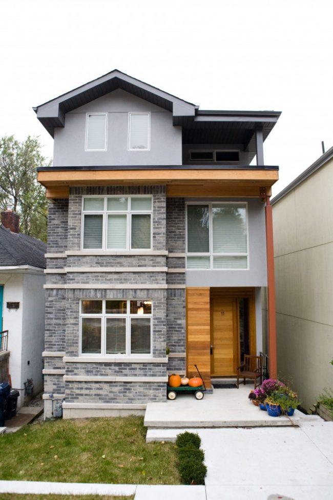 Красивое сочетание серого кирпича с натуральным деревом в отделке фасада