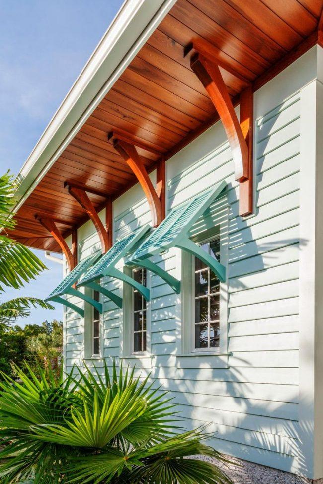 Обшивка частного дома цветным виниловым сайдингом