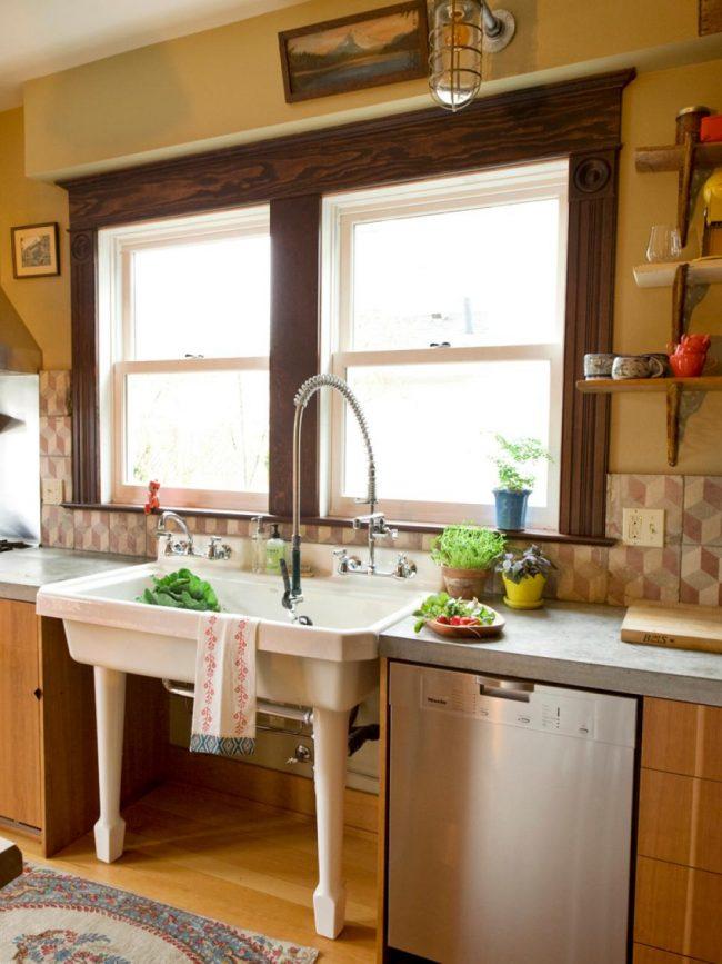 Трубный металлический сифон на большой мойке в кухне