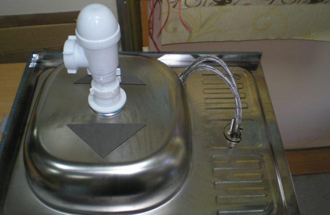 Бутылочный сифон закрепленный на кухонную мойку