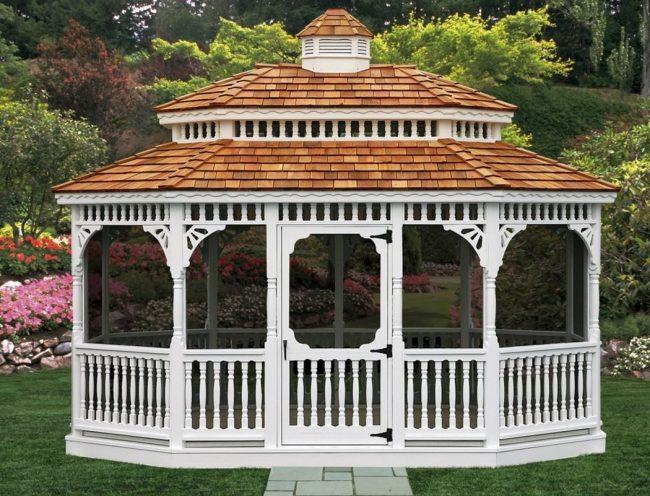 Решетки для беседки: беседка в Викторианском стиле: деревянная конструкция в белом цвете и крыша из красной черепицы