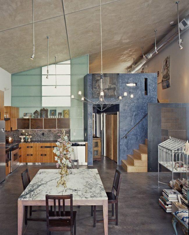Квадратный стол из искусственного камня для просторной кухни в урбанистическом стиле с обилием металлических деталей