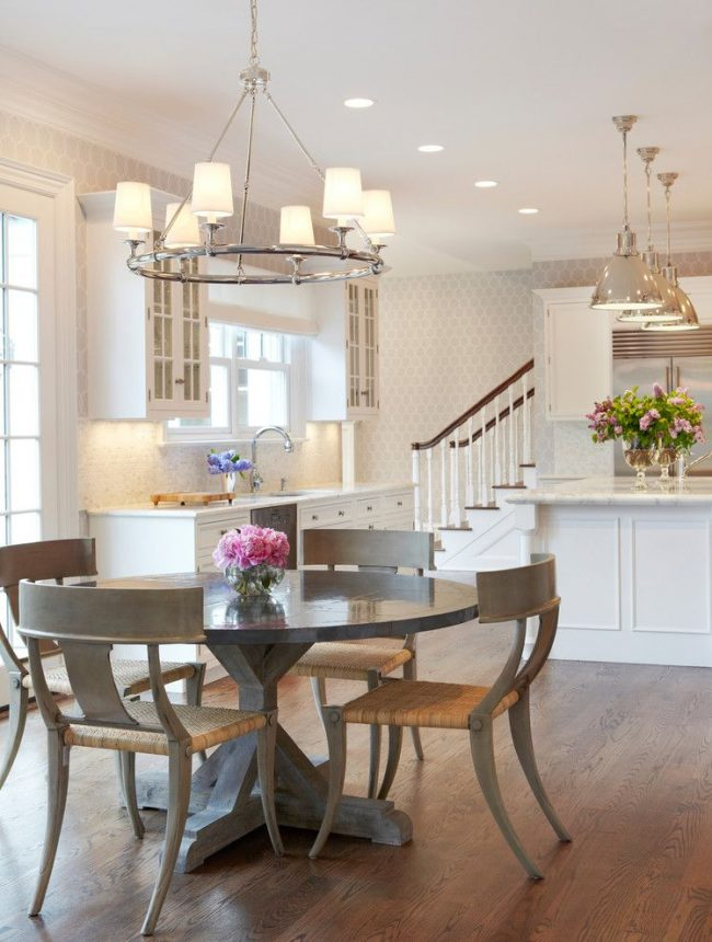 Простое правило при выборе кухонного стола на практике – большой стол на просторной кухне