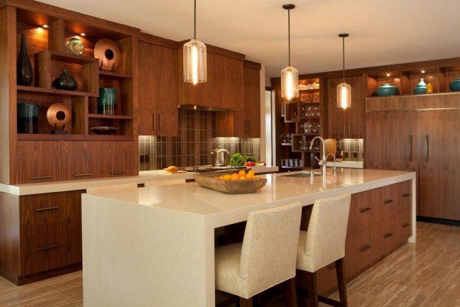 Жидкий камень на столешнице кухонного острова, объединенного с обеденным столом, и на поверхности кухонного гарнитура