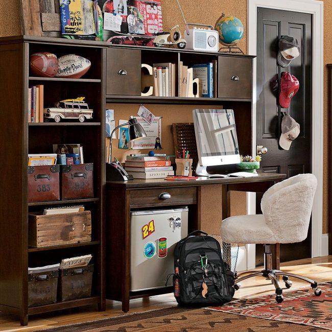 Мягкий стул с регулируемой стальной ножкой в интерьере комнаты школьника