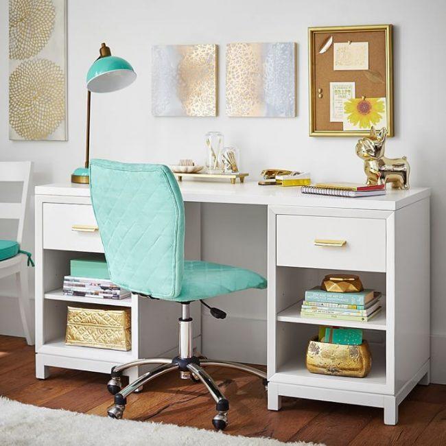 Компьютерный стул с мягкой обшивкой в бирюзовом цвете