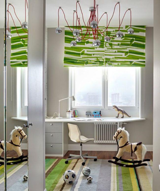 Белый пластиковый стул с регулируемой высотой в детской комнате мальчика