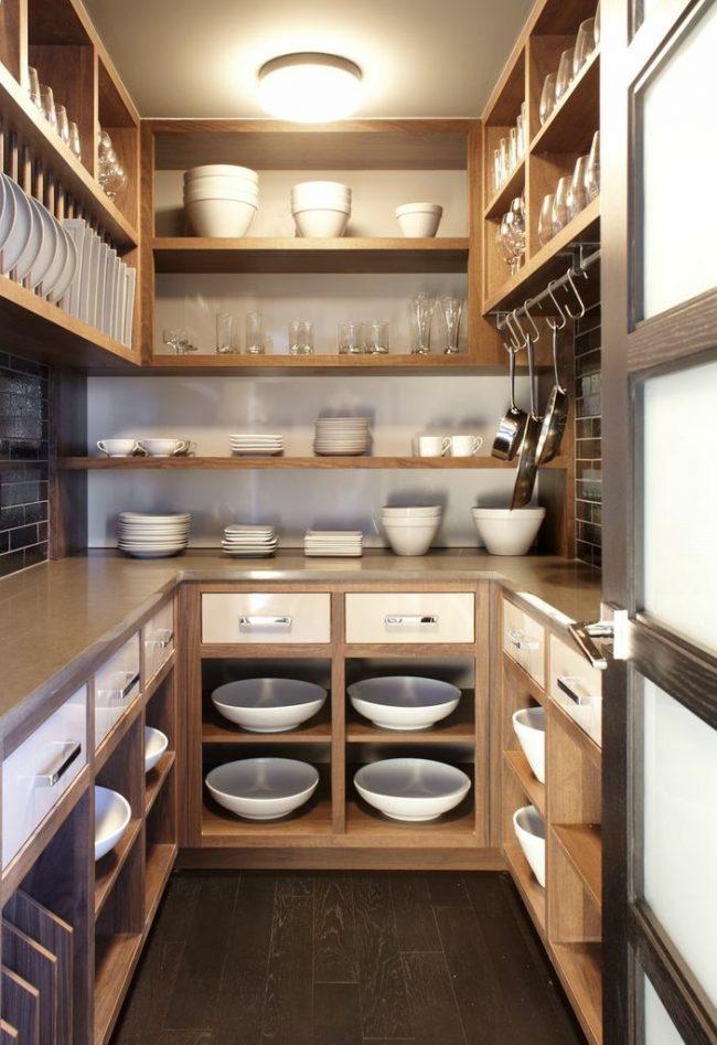 Небольшой уголок на кухне для сушки и хранения разнообразной посуды - удобное решение для комнат с большим пространствомНебольшой уголок на кухне для сушки и хранения разнообразной посуды - удобное решение для комнат с большим пространством