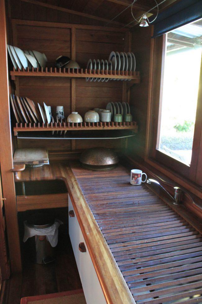 Достаточно большая конструкция сушилки для посуды с выдвижным поддоном для накапливания воды