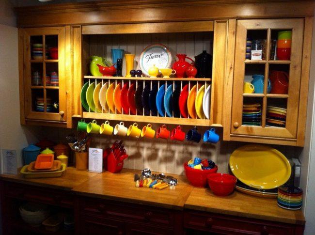 Создать соответствующее настроение на кухне вы также сможете с помощью правильного подбора цветовой гаммы посуды