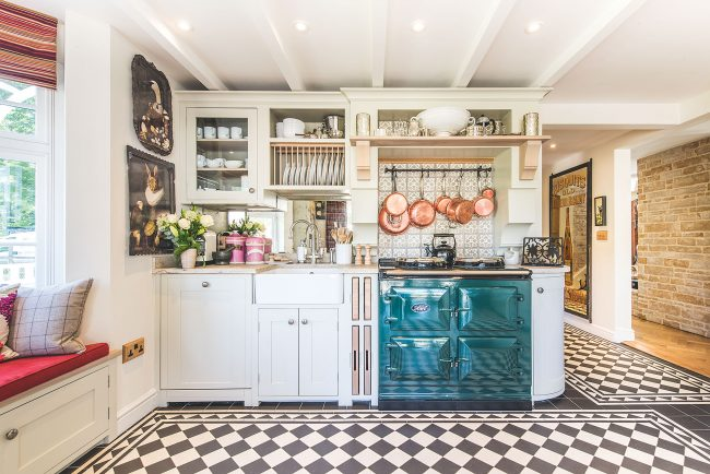 Светлая и просторная кухня с практичным кухонным гарнитуром: встроенная сушилка для посуды над раковиной и крючки для сковородок над газовой плитой обеспечат максимальное удобство в эксплуатации