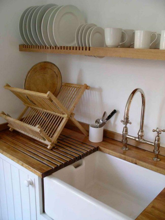 Оригинальная кухня с настольной сушилкой у раковины и дополнительной полкой над ней