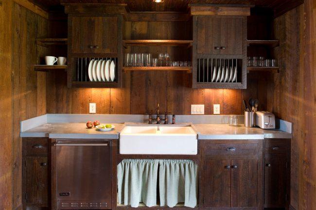 Сушилки для посуды встроенные в кухонный гарнитур из темного дерева с подсветкой что придает комнате необычайного уюта