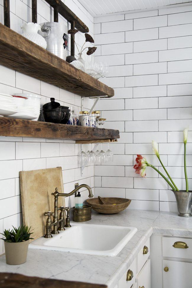 Также вместо полноценной сушилки вы можете разместить над раковиной пару полок в общем стиле кухни