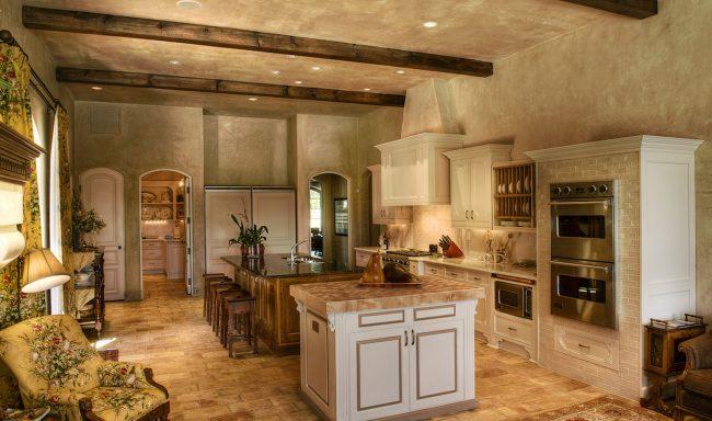 Практически незаметная в общем интерьере кухни встроенная в навесной гарнитур сушилка для посуды
