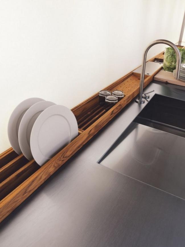Оригинальная сушилка для посуды встроенная в рабочую поверхность стола у раковины