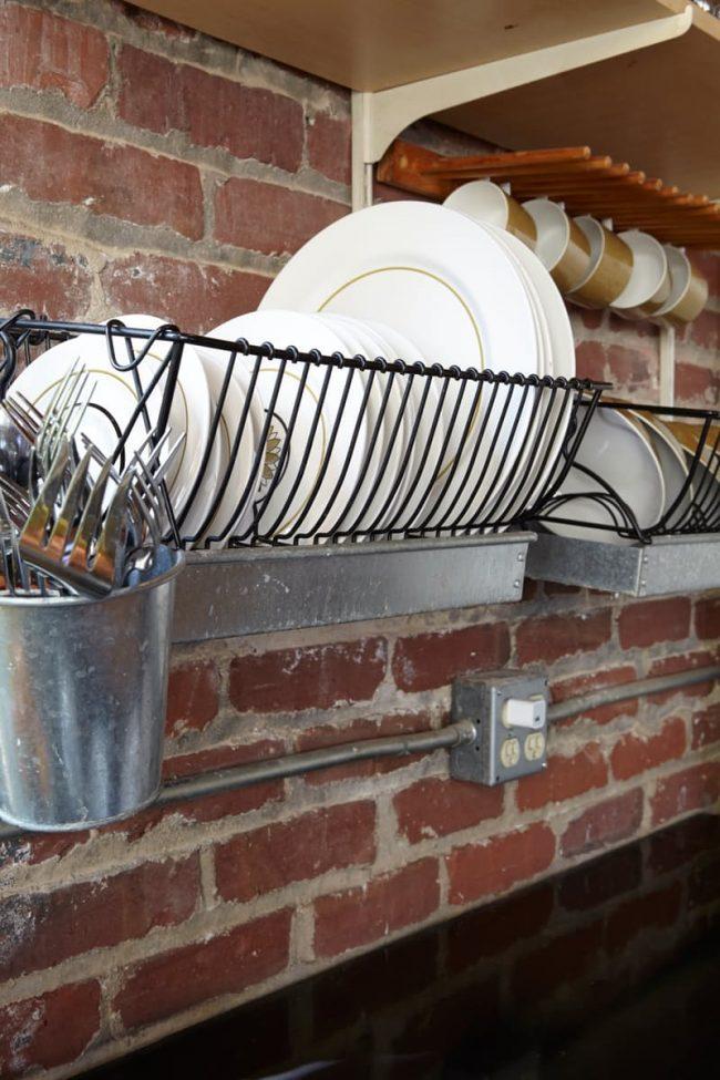 С виду очень простая, но на самом деле достаточно вместительная и удобная в использовании конструкция металической сушилки для посуды