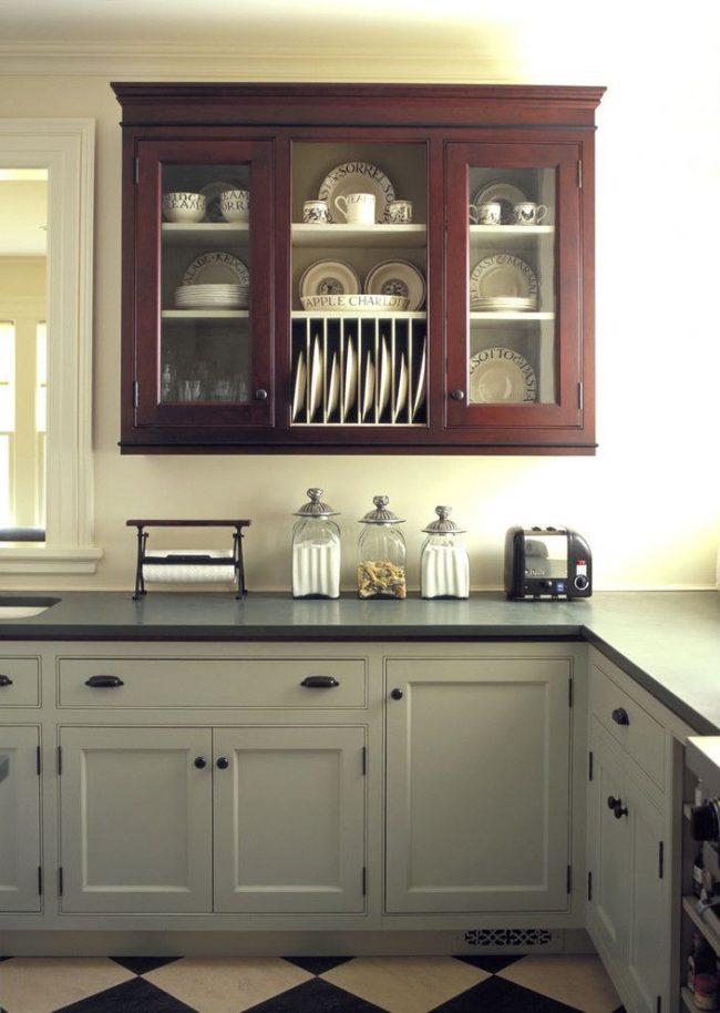 Небольшой настенный шкафчик кухонного гарнитура со встроенной сушилкой для посуды