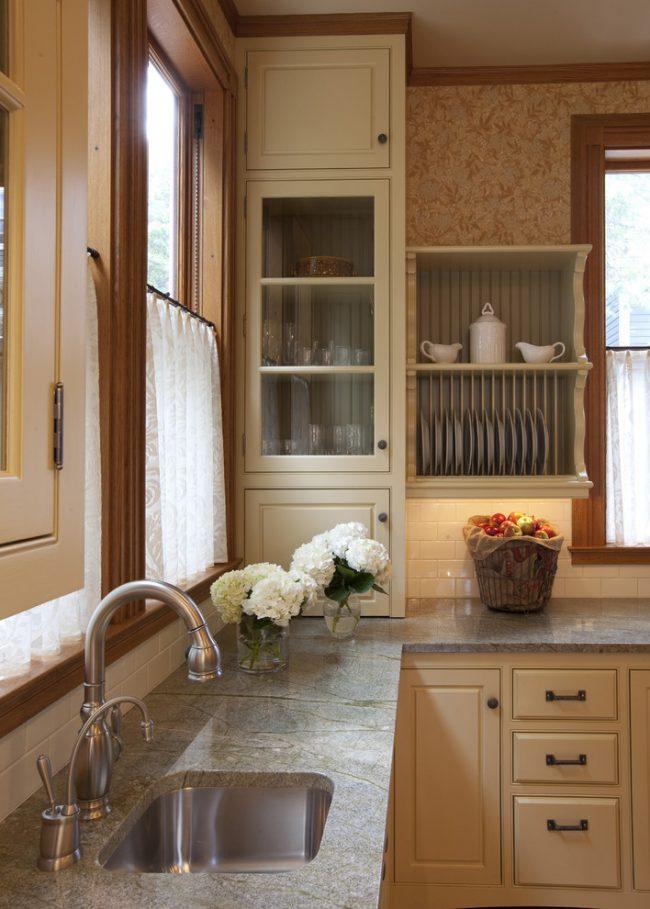 Небольшая на первый взгляд конструкция углового шкафа со встроенной сушилкой для посуды, на самом деле, достаточно практичная и вместительная