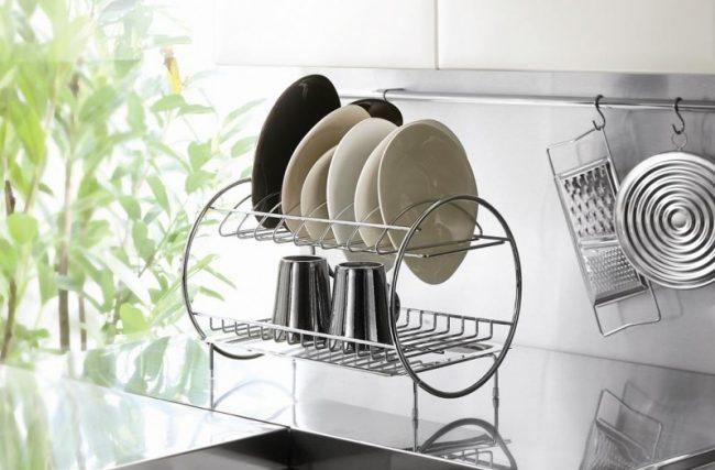 Утонченный вариант металлической сушилки для посуды станет не только декоративным элементом на вашей кухне, но и достаточно функциональной конструкцией, удобной в эксплуатации
